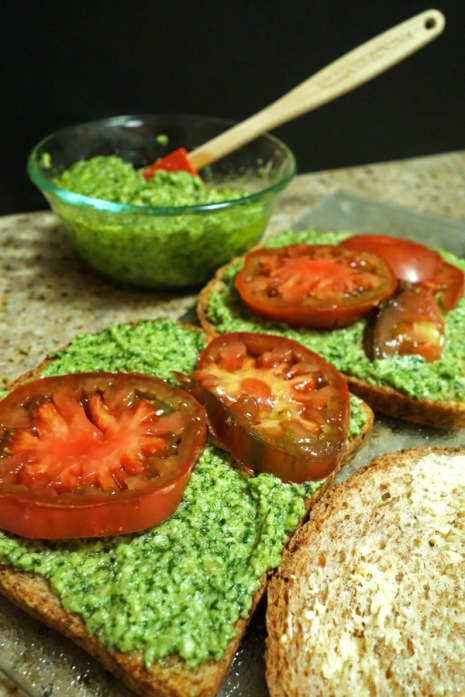 20140918-Bread-with-Pesto-and-Tomatoes